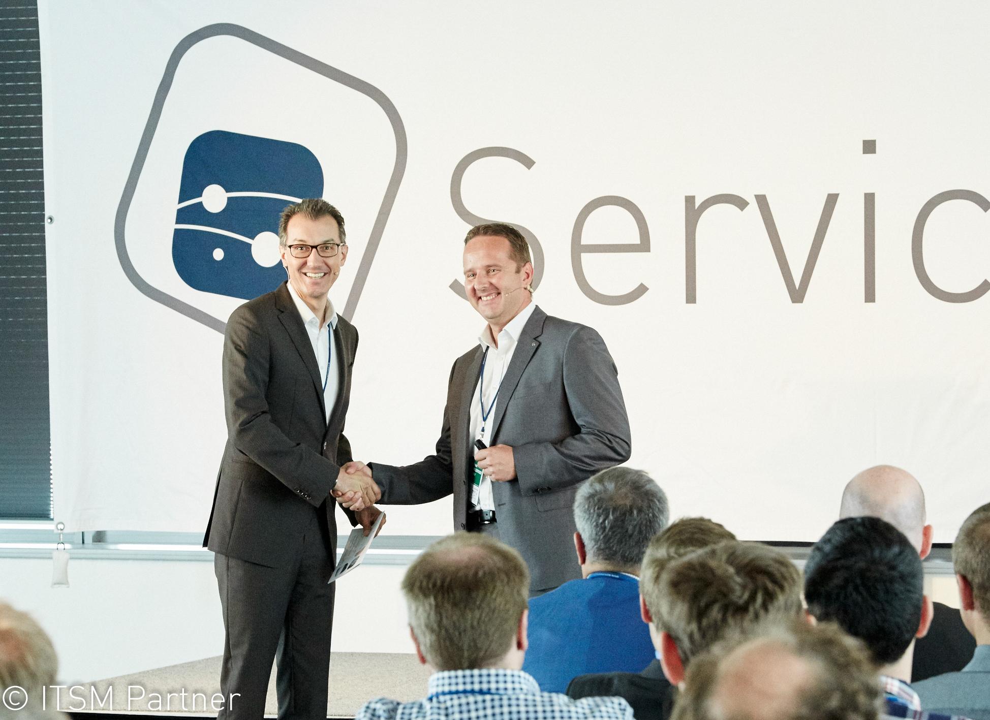 Reinhard Volz von ITSM Partner begrüßt Franz Willerroider bei Service Space 2017