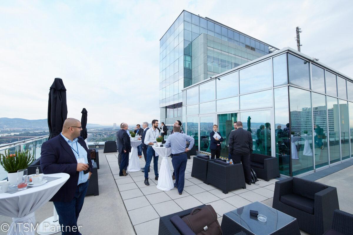 Teilnehmer in der Kaffeepause auf der Terrasse der Wolke 19 bei Service Space 2017