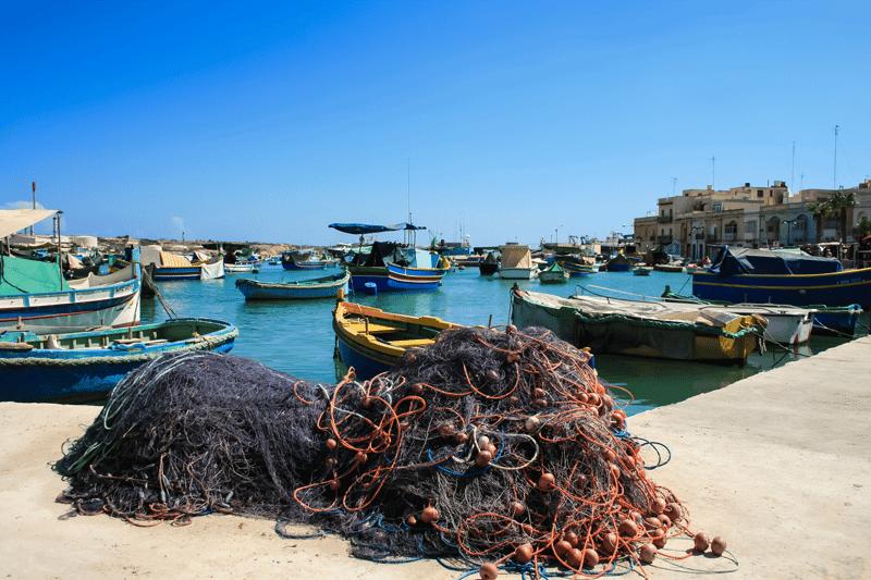 Bild von Fischernetzen im Hafen als Sinnbild für die Verbesserung der Services bei CSI Continual Service Improvement bei ITSM Partner