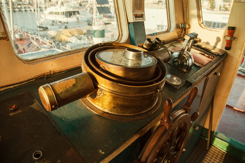 Bild eines Steuerstandes in einem Frachtschiff als Sinnbild für das Praktische beim ITIL Practitioner von ITSM Partner