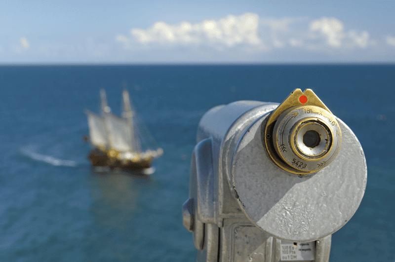 Bild eines Fernrohres, gerichtet auf ein unscharfes Segelboot, als Sinnblick für den Überblick bei MALC Managing across the lifecycle bei ITSM Partner
