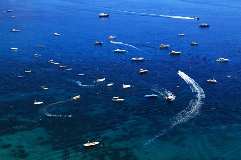 Bild von vielen Booten auf dem Meer als Sinnbild für Regeln beim Miteinander bei DevOps Foundation bei ITSM Partner