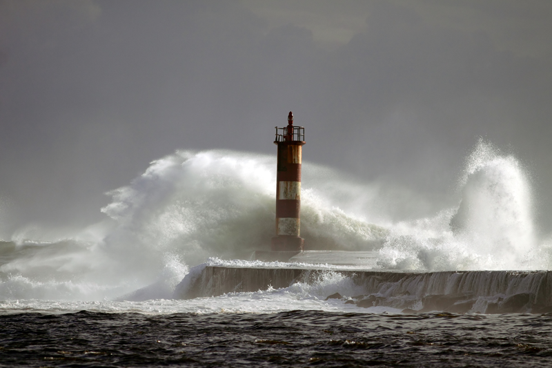 Bild eines Leuchtturms mit hohen Wellen als Sinnbild für die raue Berufsweld bei mind4service von ITSM Partner