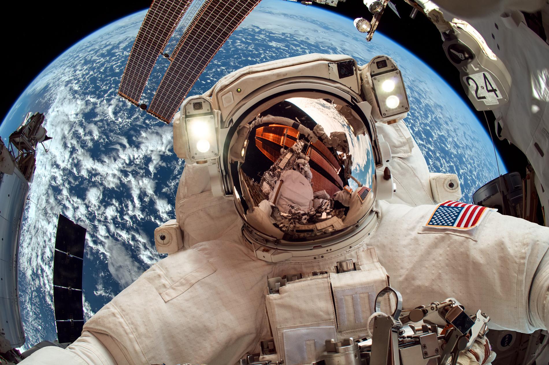 Astronaut im Weltall als Slider für Service Space