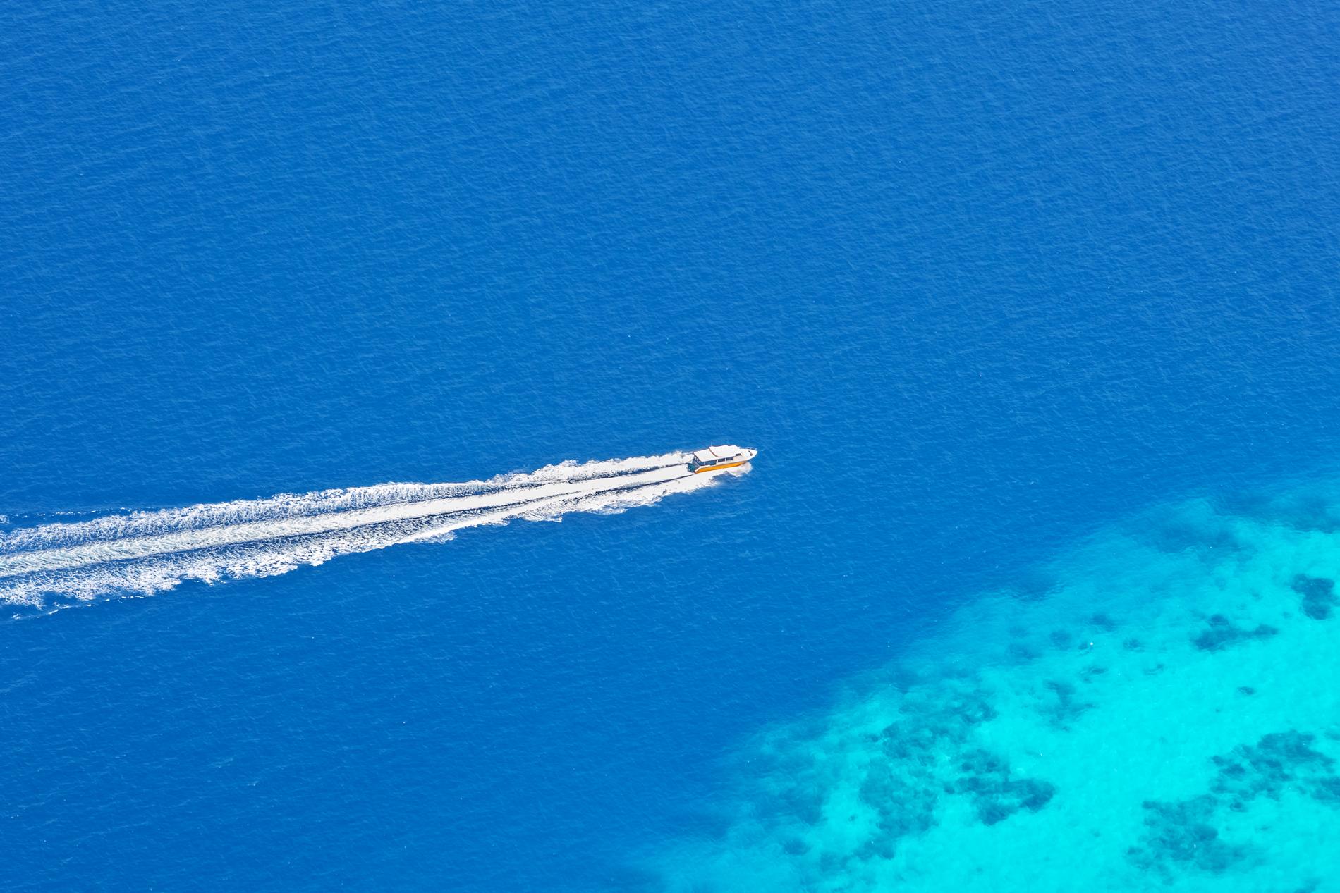 Boot von oben in türkisblauem Meer als Slider für Training bei ITSM Partner