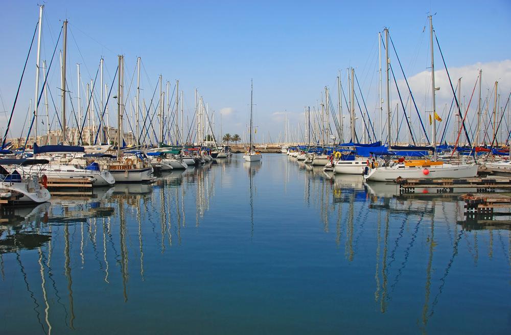 Ansicht von ankernden Segelbooten in einem kleinen Hafen als Sinnbild für eine geschlossene Gesellschaft = Inhouse Kurs bei ITSM Partner