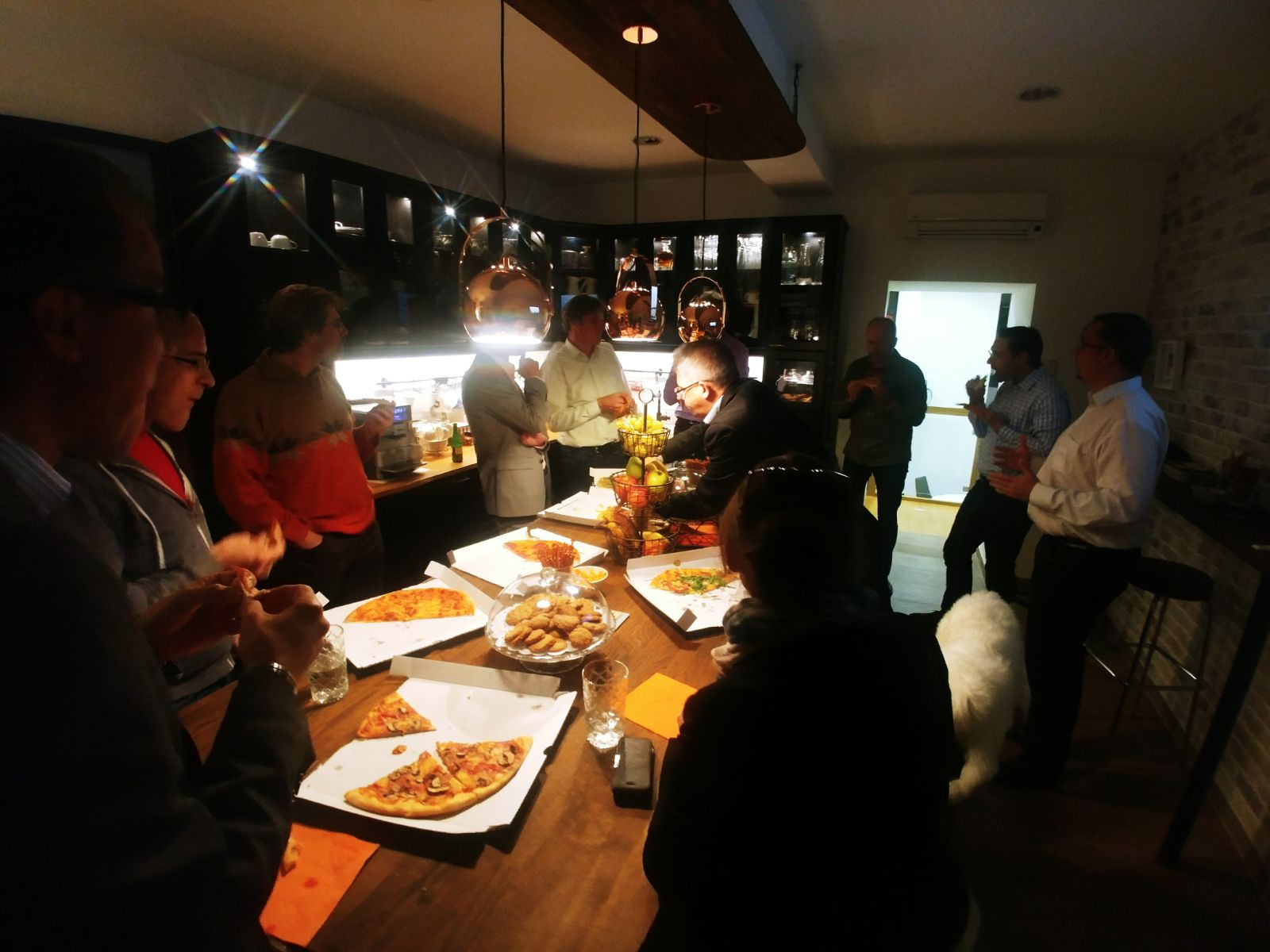ITSM Stammtisch Oktober 2017 Gäste essen Pizza im Clubhouse