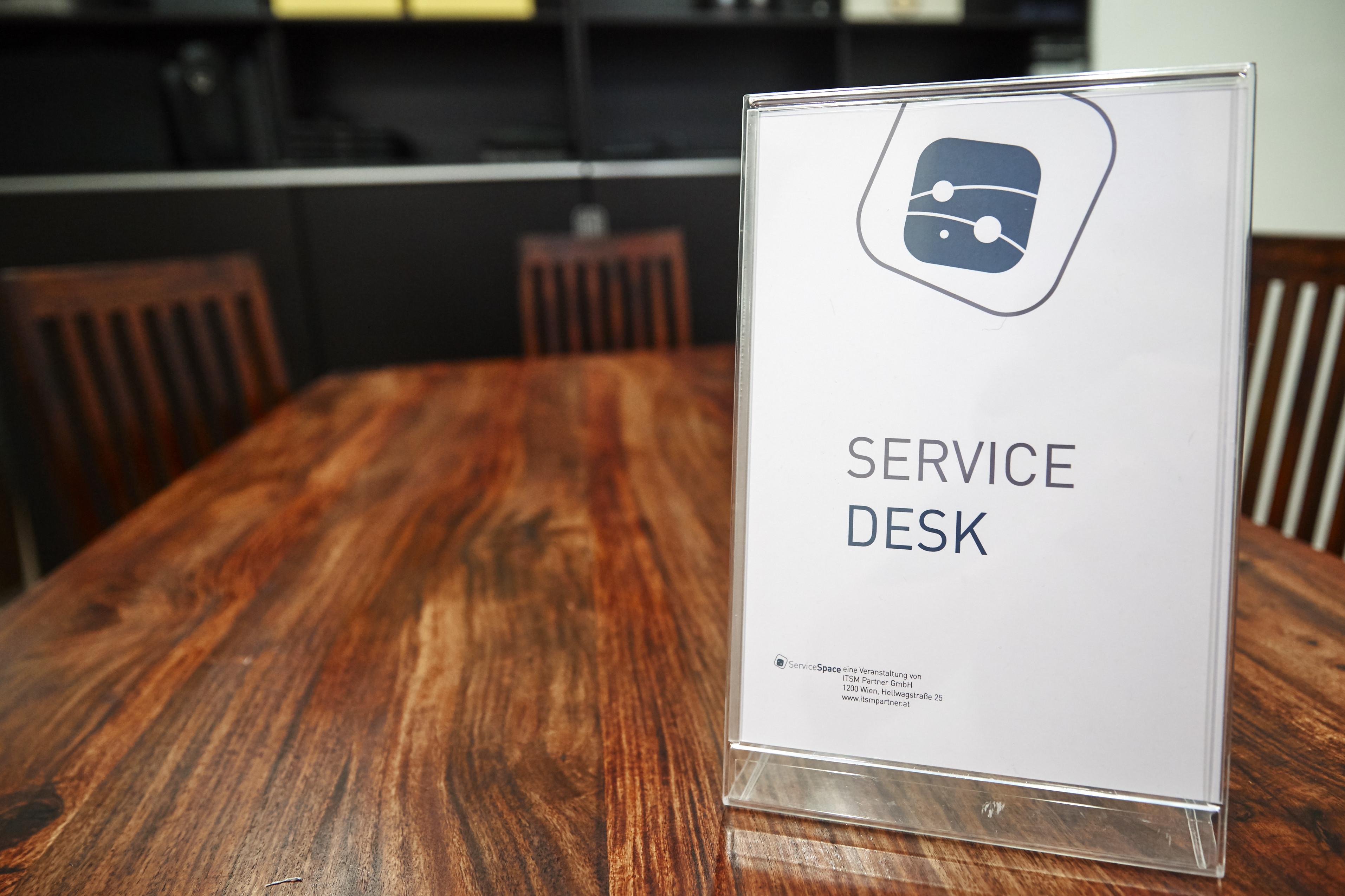 Schild Service Desk im Kartenraum von ITSM Partner