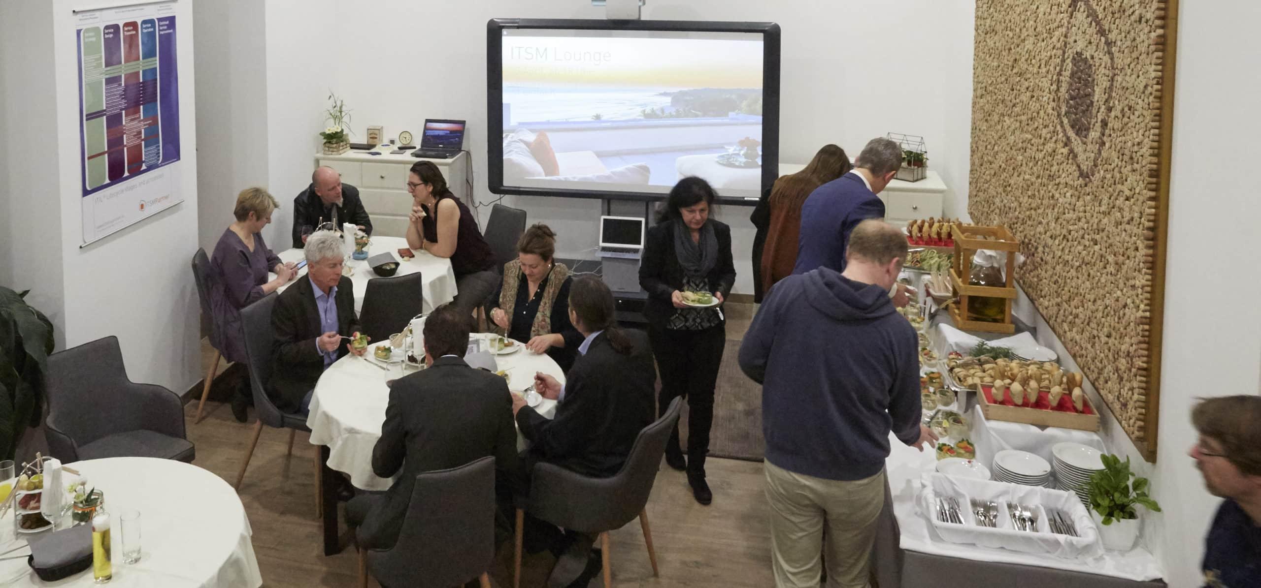 Hafenfest 2017 Gäste in der Marina beim Unterhalten und am Buffet