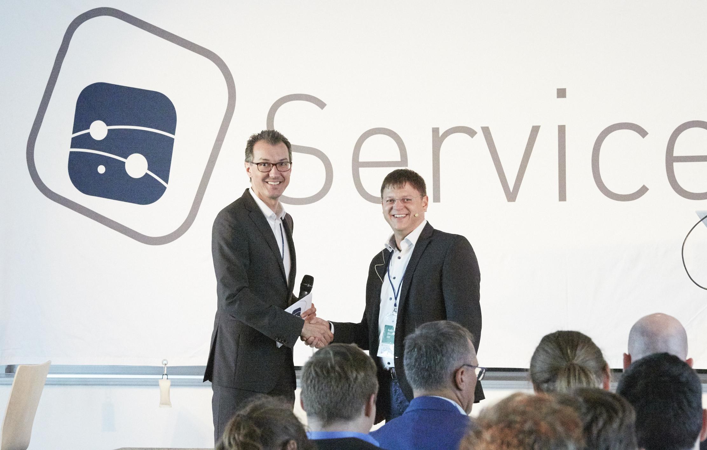 Reinhard Volz begrüßt Robert Zellner vor der Bühne bei Service Space 2017