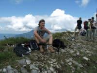 Richard Friedl mit Bürohund Pedro auf dem Gipfel des Wieslerhorns am Wolfgangsee