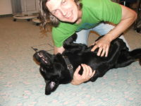 Richard Friedl krault dem Bürohund Pedro die Brust