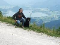 Bürohund Pedro mit Richard Friedl bei einer Wanderung am Wolfgangsee
