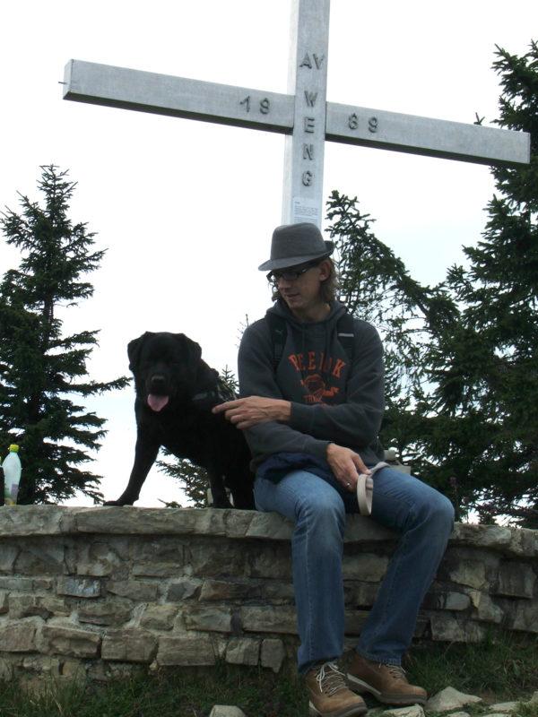 Bürohund Pedro macht eine Pause bei einer Wanderung mit Richard Friedl