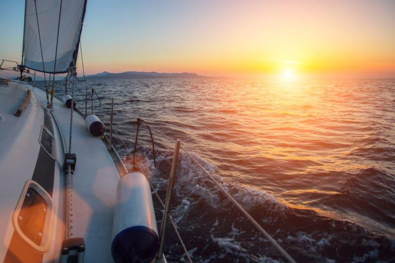 Segelschiff fährt in den Sonnenuntergang als Sinnbild für Service Operation bei ITSM Partner
