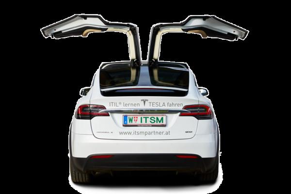 Rückansicht des ITSM Partner TESLA Model X mit geöffneten Wingtüren