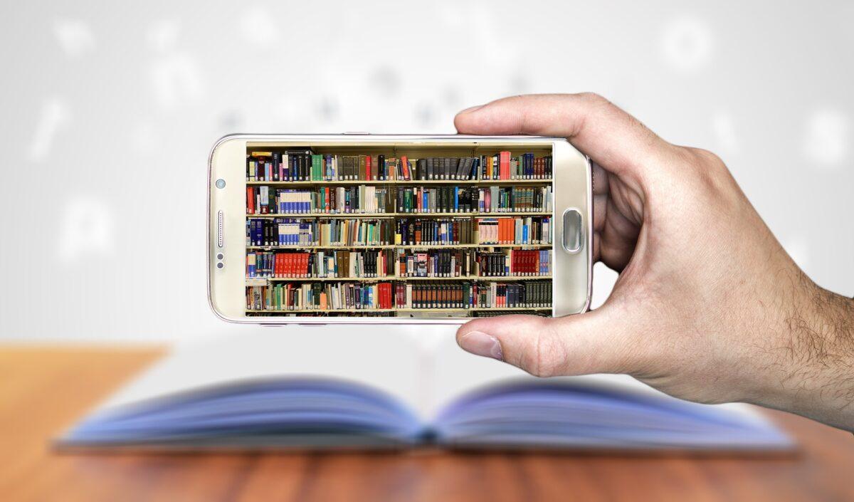 Bibliothek in einem Mobiltelefon als Symbolbild für einen ITIL 4 Foundation Kurs in englisch bei ITSM Partner in Wien.