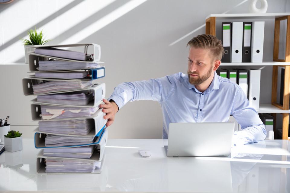 Weg von Papier, Fokus auf digitale Arbeitsweisen. Ein passendes Bild zur Erklärung des Enterprise Service Managements.